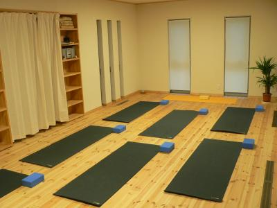 salle de yoga en service construction d 39 une maison bioclimatique et. Black Bedroom Furniture Sets. Home Design Ideas
